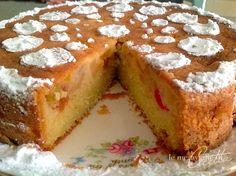 Sbucciate e tagliate la frutta a macedonia,oppure usate come in questo caso della macedonia sciroppata, irroratela con il succo di limone. Lavorate con le uova e con lo zucchero, unite la farina setacciata con il lievito, il burro morbidissimo, il limoncello e lavorate per un paio di minuti. Scolate bene la frutta. Versate metà del …