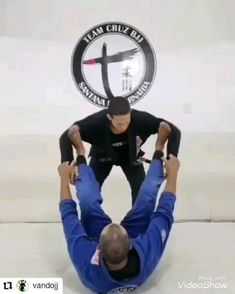 Love the simplicity in this move. Self Defense Moves, Self Defense Martial Arts, Jiu Jitsu Training, Mma Training, Martial Arts Workout, Martial Arts Training, Judo, Kick Boxing, Muay Thai