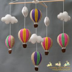 Mobiel met luchtballonnen uit vilt. Zelf creaties van vilt maken? Kijk voor vilt eens op www.bijviltenzo.nl