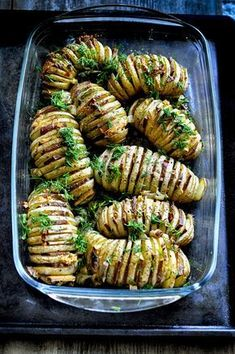 "Pieczone ziemniaki Hasselback przekładane wegańskim ""boczkiem"" Healthy Meal Prep, Healthy Recipes, Entrée Simple, Cheap Easy Meals, Food Platters, Best Food Ever, Thanksgiving Appetizers, Slow Food, Casserole Recipes"