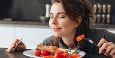 رغم أنّ التلذذ بشمّ روائح الأطعمة الشهية واحد من أكبر المتع بالنسبة لكثيرين، لكن ثبت من خلال بعض الدراسات مؤخراً أن تلك الروائح تتسبّب على ما يبدو في إحداث بعض التغييرات النفسية التي من الممكن أن تساهم في زيادة وزن بعض الأشخاص!. وبهذا الخصوص، توصّل باحثون من جامعة