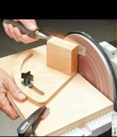 Ah! E se falando em madeira.: projeto: Woodsmith Tip - Disc Sander Sharpening Sy. Awesome Woodworking Ideas, Woodworking For Kids, Woodworking Joints, Woodworking Workbench, Woodworking Workshop, Easy Woodworking Projects, Woodworking Techniques, Woodworking Furniture, Woodworking Shop