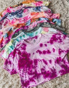 Como fazer tie dye nas roupas e acessórios #tiedye#comofazertiedye#tiedyediy#moda#modafeminina#beleza Tie Dye Crop Top, Tie Dye Tops, Tie Dye Skirt, Diy Tie Dye Shirts, T Shirt Diy, Moda Tie Dye, Bleach Tie Dye, Bleach Pen, Tie Day