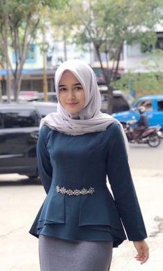 Girl in Hijab Hijab Style Dress, Hijab Chic, Hijab Outfit, Dress Outfits, Arab Women, Arab Girls, Muslim Girls, Batik Fashion, Hijab Fashion