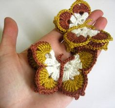 Crocheted butterfly: I like the pattern but different colors Picot Crochet, Form Crochet, Manta Crochet, Crochet Motif, Crochet Stitches, Crochet Patterns, Crochet Crafts, Yarn Crafts, Crochet Toys