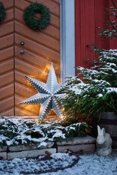 <p>Här börjar julen redan vid första advent. Då ställs pyntet fram i röda stugan på Selaön i Mälaren. Det får sedan vara kvar till tjugondag Knut – allt för att kunna njuta så länge som möjligt.</p>