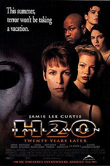 """Jamie Lee Curtis returned to the HALLOWEEN franchise in """"Halloween: 20 Years Later,"""" in which Laurie Strode faces her psychotic brother Michael Myers in a final battle. Halloween H20, Halloween Movies, Scary Movies, Good Movies, 90s Movies, Halloween Horror, Plane Movies, Halloween Cast, Scary Scary"""