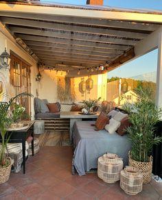 Finnes det noe bedre enn deilig varme sommerdager og lange lyse sommerkvelder? Uteplassen er kanskje det viktigste rommet vårt, i hvert fall nå når vi har muligheten for å være mye ute. Men hva kan man gjøre for å skape et koselig uterom som man virkelig har lyst til å være i? I dag deler … Terracotta, Outdoor Decor, Inspiration, Home Decor, Courtyards, Future House, Outdoor Areas, Lily, Terraces