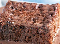 Receita de Bolo gelado de chocolate e leite condensado - bolo com um garfo, despeje metade da cobertura e corte em quadrados pequenos. Deixe esfriar e leve à geladeira no mínimo 3 horas antes de servir....