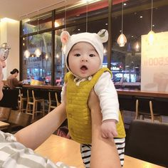 -The first night walk in my life – Baby Ideas Cute Asian Babies, Korean Babies, Asian Kids, Baby Boy, Dad Baby, Baby Kids, Cute Baby Photos, Baby Pictures, Baby Family