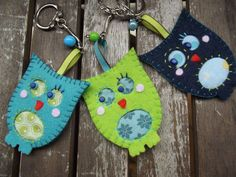Porte-clé/Bijou de sac/Grigri chouette hibou fait-main en feutrine et tissu Quilted Gifts, Felt Owls, Owl Crafts, Craft Projects, Quilts, Christmas Ornaments, Sewing, Holiday Decor, Fabric