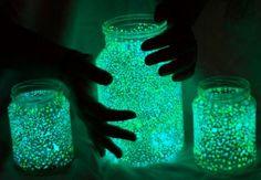 Glow jars zijn super leuk voor een feestje buiten. Besprenkel de binnenkant van een potje met de inhoud van een glow stick.