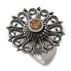 Ein märchenhaft schöner #Ring mit besonderen Details… Die filigrane Scheibe aus geschwärztem Sterlingsilber und das Zirkonia-Top im Brillant-Schliff machen diesen Ring zum richtigen Hingucker!