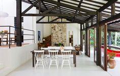 A cor branca e muita madeira garantem o clima totalmente rústico deste ambiente. Trabalho do designer de interiores Gabriel Valdivieso