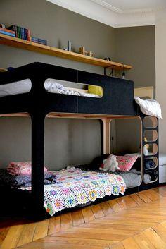 lit mezzanine en bois, lit cabane dans la chambre d'enfant