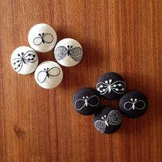 ミナペルホネンの有名なちょうちょをくるみボタンにして、裏からブローチにしてあります。 白生地も黒生地もどちらもとても可愛いですね。