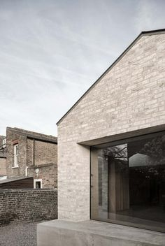 A pair of interlocking volumes clad in pale brick form this extension added to the rear of a Victorian house in west London by McLaren Excell Victorian London, Victorian Homes, Building Exterior, Brick Building, Brick Extension, Rear Extension, Brick Face, London House, House Extensions