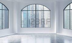 finestra ad arco: Un moderno e luminoso vuoto e interni loft pulito. Singapore vista della città. Un concetto di lusso spazio aperto per scopi commerciali o residenziali. il rendering 3D. Archivio Fotografico