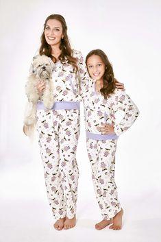Kit pijama mamãe e filha em algodão, com calça comprida e bolso canguru. Três estampas disponíveis!! De: R$229,00 Por: R$160,00 . Vendas no varejo e atacado para lojistas. #liquida #diadascrianças #talmaetalfilha #maedemenina #feliz #criança #mamaefilha #mamaeefilha#12deoutubro Kimono Top, Moana, Pants, Toque, Dresses, Fashion, Toddler Shoes, Piper Clothing, Toddler Pajamas