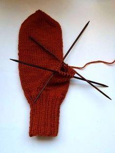 Helpot lapaset intialaisella peukalokiilalla Lapaset on helppo tehdä, etenkin kun neulot sen intialaista peukalokiilaa käyttäen. Ei tar... Knitting Projects, Knitting Patterns, Crochet Patterns, Boot Cuffs, Mitten Gloves, Fun Projects, Diy And Crafts, Knit Crochet, Hair Accessories