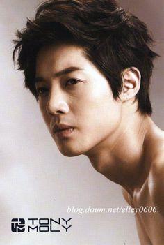 Kim Hyun Joong ♥ Que bello su varonil cuello largo :D