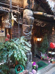 神保町の老舗喫茶店「さぼうる」。トーテムポールと赤電話が良い味出してます。
