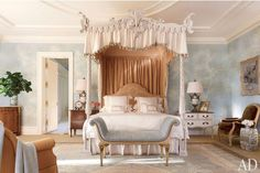 Interior Designer Bunny Williams has pulled off a fabulous Georgian home located in Virginia, U. The living room seamlessly blends new furnishings with t Georgian Style Homes, Virginia Homes, Pretty Bedroom, Traditional Bedroom, Suites, Beautiful Bedrooms, Beautiful Beds, Simply Beautiful, Bedroom Decor