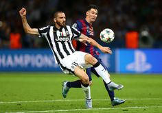 Leonardo Bonucci of Juventus clears the ball from Lionel Messi of Barcelona during the UEFA Champions League Final between Juventus and FC Barcelona at Olympiastadion on June 2015 in Berlin, Germany. Messi Pictures, Messi Photos, Barcelona Futbol Club, Fc Barcelona, Messi 2015, La Champions League, Professional Football, Online Gratis, Lionel Messi