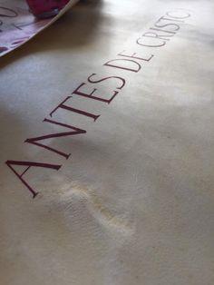Manuscrito sobre pergamino para presentación de la cabecera de la serie.
