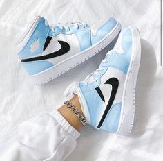 Dr Shoes, Cute Nike Shoes, Cute Nikes, Cute Sneakers, Nike Air Shoes, Hype Shoes, Shoes Sneakers, Sneakers Women, Nike Air Jordans