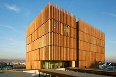 테크놀로지 센터가 지향하는 건축의 방향은 건축물이 풍기는 건축외형에 적나라하게 표현된다. 이것은 확연히 구분된 두개의 공간; 상층부와 저층부의 지향점에 표현된다. 이를 실현하는 12,000sqm 면적의 사이언스와 테크놀로지는 이곳에 상주하는 학생들에게 열린교육과 다양한 연구시설 속에 제공된다. 구조는 앞서 말한 것과 같이 메시브한 콘크리트 포디움과 버티컬 우드 루버로 디자인된 상층부, 두개의 공간으로 구성된..