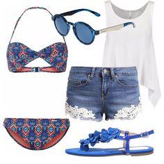 Bikini in fantasia sui toni del blu e dell'arancio, short in jeans con inserti in pizzo, top bianco, sandali floreali blu elettrico ed occhiali blu dello stesso colore. Outfit ideale per essere sempre fashion anche al mare.