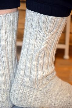 Foreign pattern, but we can work it out Lace Socks, Crochet Socks, Wool Socks, Knit Crochet, Lace Knitting, Knitting Socks, Winter Socks, Slipper Socks, Boot Cuffs