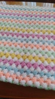 Two-color ribs (columns) of crochet post-puff stitches.This Pin was discovered by steVery cute crochet pattern I want to do Crochet Bobble Blanket, Puff Stitch Crochet, Crochet Baby Cocoon, Crochet Yarn, Diy Crafts Knitting, Diy Crafts Crochet, Crochet Stitches Patterns, Knitting Patterns, Knitted Blankets
