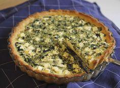 Keväisistä nokkosista voi valmistaa herkullisen suolaisen piirakan esimerkiksi illanistujaisissa tarjoiltavaksi.