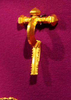 Fibula in oro da Apahida. Golden brooch from Apahida, Romania. Door Handles, Objects, Beautiful, Romania, Home Decor, Brooch, Free, Door Knobs, Decoration Home
