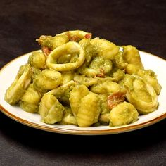 "This is ""Gnocchi con crema di piselli, calamari e pomodorini"" by Al.ta Cucina on Vimeo, the home for high quality videos and the people who love them. Gluten Free Recipes For Lunch, Best Dinner Recipes, Lunch Recipes, Beef Recipes, Cooking Recipes, Healthy Recipes, Pasta Recipes Video, Healthy Family Dinners, Tasty Videos"