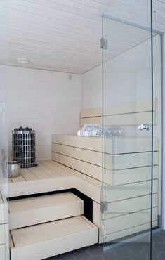 Moderne #sauna mit gegenüberliegenden Bänken Modern Small Bathrooms, Rustic Bathrooms, Dream Bathrooms, Modern Bathroom Design, Sauna House, Sauna Room, Luxury Bathroom Vanities, Bathroom Interior, Modern Saunas