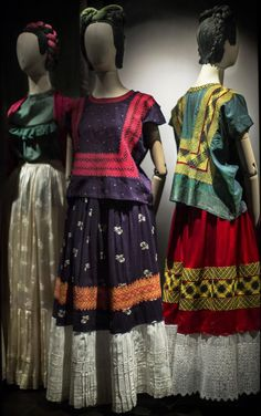 Frida Kahlo's personal clothing on exhibition, found at La Casa Azul, Kahlo's childhood home-turned-museum. Museo Frida Kahlo in Mexico City. Diego Rivera, Frida E Diego, Frida Art, Magazine Vogue, Vintage Outfits, Vintage Fashion, Mode Boho, Mexican Dresses, Mode Vintage