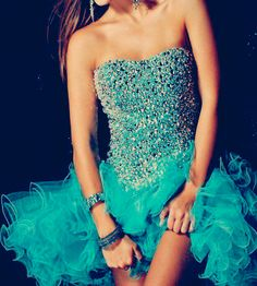 LoVe LoVe LoVe!! If I was going to prom this would be my dress.
