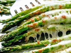 Garlic and Parmesan Roasted Asparagus Asparagus Recipes Oven, Salmon Recipes, Gourmet Recipes, Healthy Recipes, Asparagus Spears, Party Finger Foods, Food Hacks, Food Print, Entrees