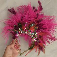 Tiara com plumas para carnaval Carribean Carnival Costumes, Venice Carnival Costumes, Diy Carnival, Carnival Outfits, Mardi Gras Costumes, Caribbean Carnival, Creepy Carnival, Trinidad Carnival, Costumes Kids