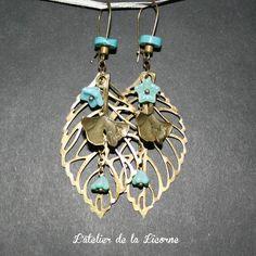 Boucles d'oreilles confectionnées à partir de breloques en métal cuivré, de perles en verre tchèque, perles en laiton et en turquoise. Les apprêts sont en laiton (pas de nickel). Longueur de la boucle : 8 cm environ