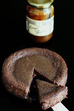 Chers Lecteurs :-) C'est avec une grande joie que je vous présente ce fondant au chocolat et au caramel au beurre salé, l'un des meilleurs gâteaux au chocolat de ce blog! Inspiré du fameux Fondant Baulois, ce gâteau est irrésistible... À peine cuit, je le laisse durcir au frais