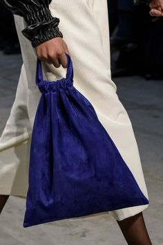 Sew Bag Lucio Vanotti at Milan Fall 2018 (Details) - Lucio Vanotti at Milan Fashion Week Fall 2018 - Details Runway Photos Diy Fashion, Fashion Bags, Fashion Show, Fashion Accessories, Fashion Design, White Fashion, Milano Fashion Week, Milan Fashion, Autumn Fashion 2018