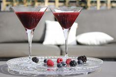 Berrytini Virgin recept: De Berrytini Virgin is een bessencocktail op basis van geblende verse bessen. Deze cocktail klinkt als een martini maar bereid je als een daiquiri. Gebruik een blender. Doe hier de bessen en frambozen in. Voeg hier cranberrysap en een kleine scheut suikersiroop aan toe. Als laatste knijp je verse limoensap uit van een halve limoen. Blenden tot het een mooi drinkbaar geheel wordt. Uitschenken in een martiniglas. Garneren met een takje munt of 2 blauwe bessen.