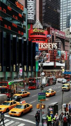 Times Square, New York City. I would live in NYC if I could. Love that city! Empire State Of Mind, Empire State Building, New York Tips, Ville New York, A New York Minute, Voyage New York, I Love Nyc, Ellis Island, Camping Spots