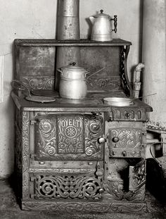luzfosca: superkintaro: reblololo: t-s-k-b: Mrs. B. Bakes: 1917 | Shorpy Historic Photo Archive