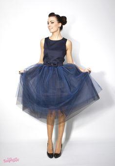 Multifunkční šaty a sukně Autumn ballerina Tento produkt v sobě skrývá šaty, sundavací mašli, která se dá nosit na šatech, potom tylovou sukni v midi délce (do půli lýtek), která se dá nosit na šatech, nebo díky spodničce zvlášť, s mašlí či bez mašle. Živůtek je princesového střihu. Sukně je kolová. Tylová sukně je v pase všitá do pásku a zapíná se na zip. ...