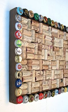 Tablica korkowa z ramą wykonaną z kapsli/ Wine cork & beer cap bulletin board for the wine geek by Lolailo!I collect corks, hubby collects caps. Perfect project to utilize both!Utilized Grape Corks for to buy online for use for work tasks like grape sto Bottle Cap Projects, Wine Cork Projects, Bottle Cap Crafts, Craft Projects, Craft Ideas, Beer Cap Crafts, Wine Cork Crafts, Wood Crafts, Diy Cork
